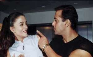 Salman gestures at Aishwarya at a public event when they were dating.