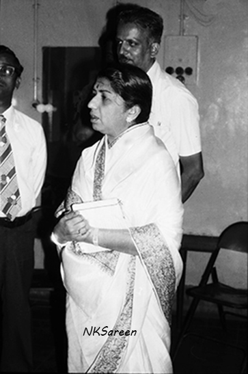 Lata Standing with classical musicians 1