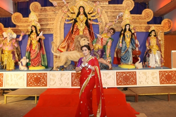 Rani Mukerji seeking th blessings of Maa Durga (640x427)