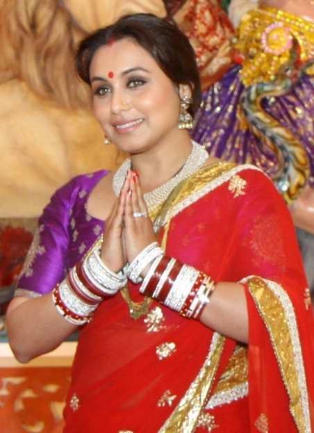 Rani Mukerji seeking th blessings of Maa Durga - Copy (2) (464x640)