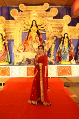 Rani Mukerji wishes all a very happy Durga Pujo.jpg 1 (427x640)
