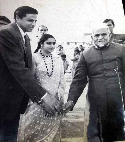 SRK's father Taj Muhammad Mir with Latif Fatima shaking hand with Abul Kalam Azad